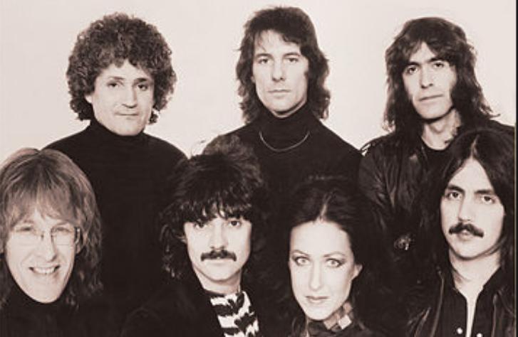 imagem em preto e branco de banda de rock formada por seis homens e uma mulher
