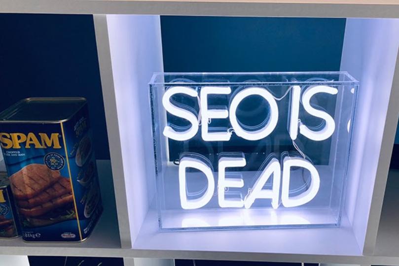 """letreiro em led com a escrita """"SEO is Dead"""""""